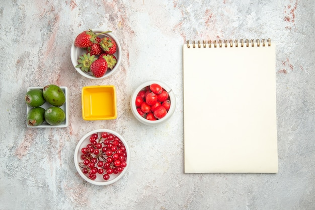 흰색 테이블 과일 색 신선한 비타민에 페이조아가 있는 다양한 신선한 과일