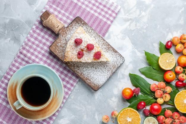 Вид сверху разные свежие фрукты с кусочком пирога и чаем на светло-белом столе фруктовый свежий спелый