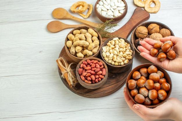 Вид сверху разные свежие орехи арахис, фундук и грецкие орехи