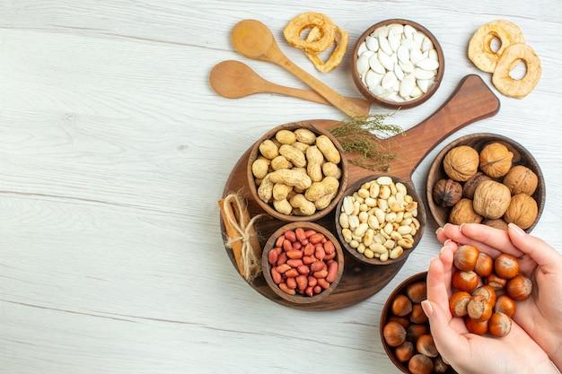 上面図さまざまな新鮮なナッツピーナッツヘーゼルナッツとクルミ