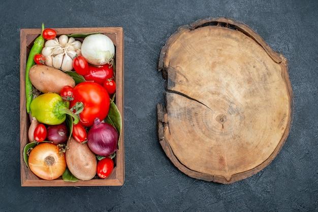 Вид сверху разных свежих овощей на темном полу, цвет свежих овощей, спелых салатов
