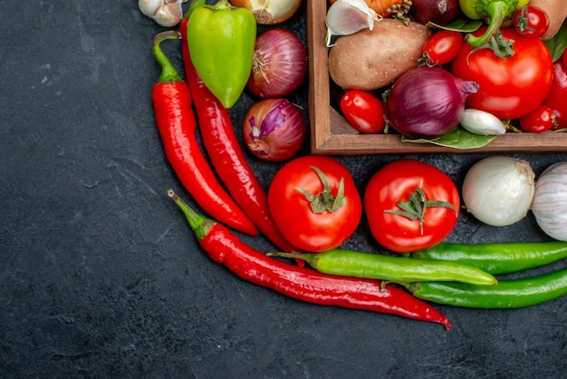어두운 테이블에 신선한 익은 색상 샐러드에 다른 신선한 야채를 상위 뷰