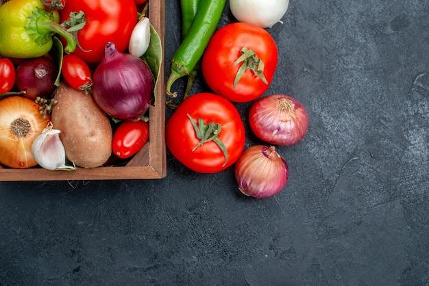 暗いテーブルの上のさまざまな新鮮な野菜の上面図サラダ野菜新鮮