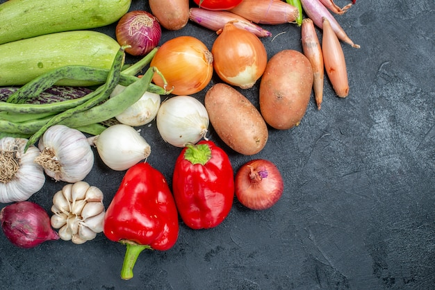 Вид сверху разных свежих овощей на темном столе овощного свежего цвета спелых