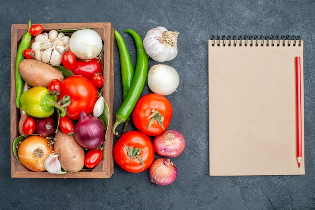 暗いテーブルの上のさまざまな新鮮な野菜の上面図サラダ野菜新鮮な熟した