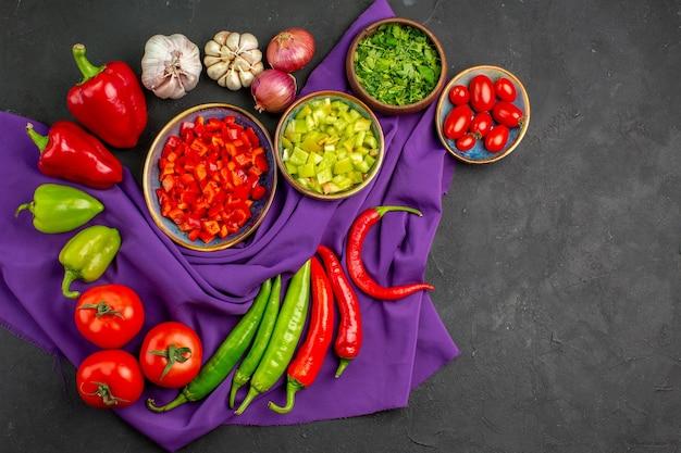 어두운 테이블 샐러드 익은 음식에 얇게 썬 후추와 상위 뷰 다른 신선한 야채