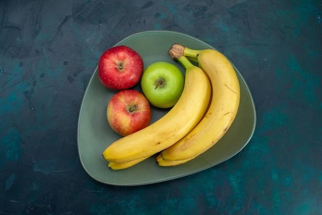 짙은 파란색 책상 위에 있는 다양한 과일 구성 사과와 바나나