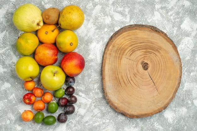 Вид сверху разные фруктовые композиции свежие фрукты на белом фоне деревья витамин свежий цвет спелые фрукты