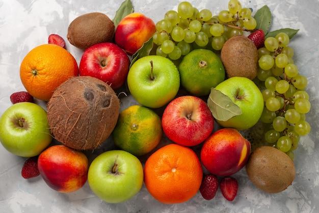 흰색 책상에 상위 뷰 다른 과일 구성 신선한 과일