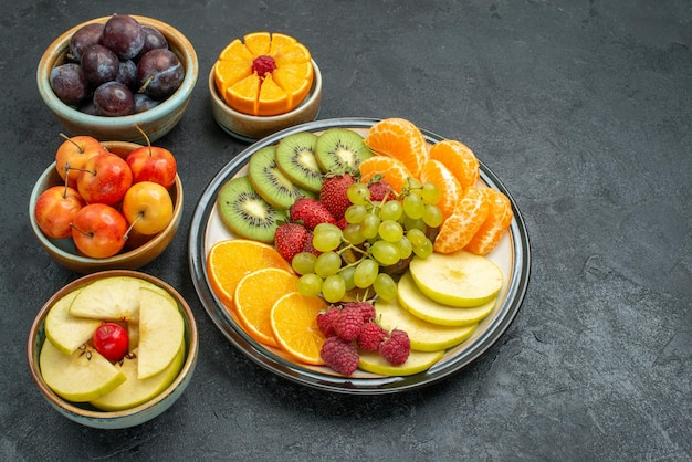 暗い背景に新鮮で熟したさまざまな果物の組成の上面図まろやかな新鮮な果物の健康熟した