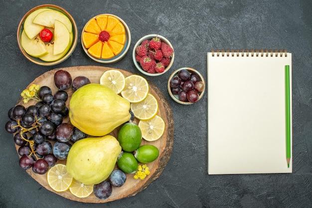 上面図さまざまな果物の組成が濃い灰色の背景に新鮮で熟しているまろやかな果物の健康熟した新鮮な
