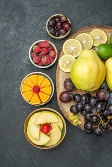 上面図さまざまな果物の組成が濃い灰色の背景に新鮮で熟している熟したまろやかな果物の新鮮な健康