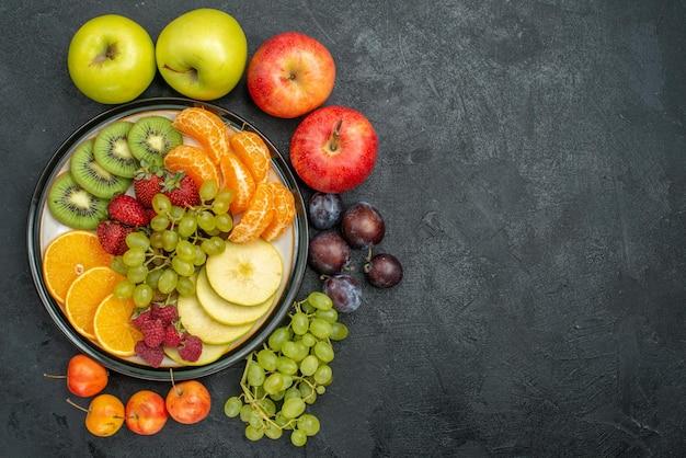 暗い背景に新鮮で熟したさまざまな果物の組成を上面図まろやかな新鮮な果物の健康
