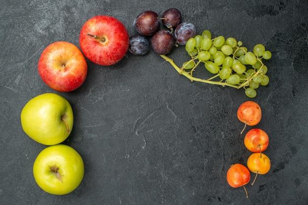 Вид сверху разных фруктов, свежих и спелых на сером столе, спелых свежих фруктов, здоровья спелых
