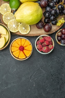 上面図さまざまな果物の組成が濃い灰色の背景に新鮮で熟している熟した果物の健康植物まろやかな色