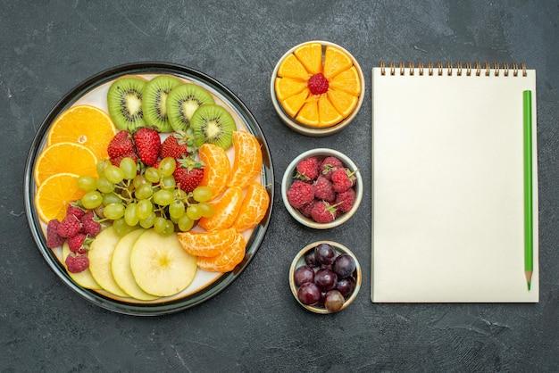 상위 뷰 다른 과일 구성 신선하고 어두운 배경에 얇게 썬 과일 건강 신선하고 부드러운 익은 과일