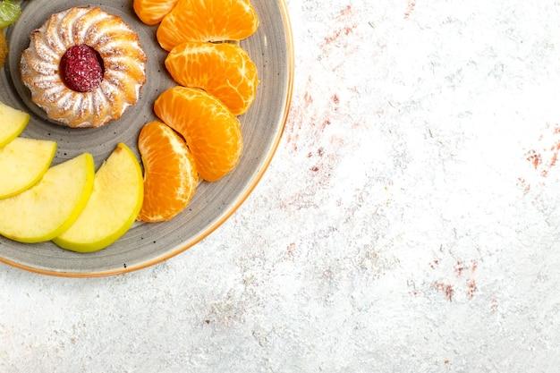 上面図さまざまな果物の組成新鮮なスライスされた果物と白い背景のケーキまろやかな熟した果物の健康