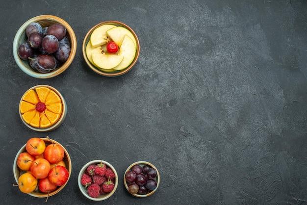 상위 뷰 다른 과일 구성 어두운 배경 건강 신선한 익은 과일 부드러운 냄비 안에 신선한 과일