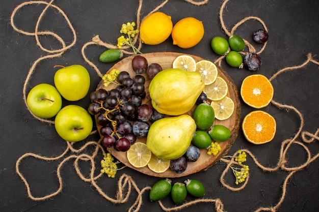 上面図さまざまな果物の組成暗い背景の熟したまろやかな果物ダイエット果物まろやかな熟した新鮮