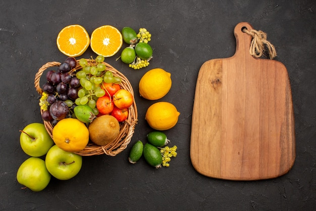 上面図さまざまな果物の組成暗い背景の熟したまろやかな果物まろやかな熟した新鮮な果物