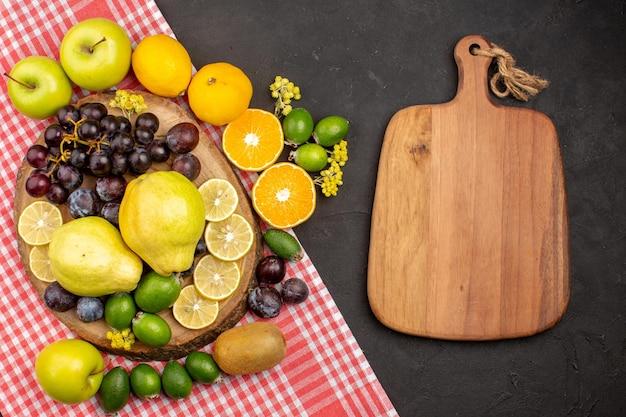 Вид сверху различных фруктов состав спелых и спелых фруктов на темном фоне спелого дерева свежих спелых фруктов