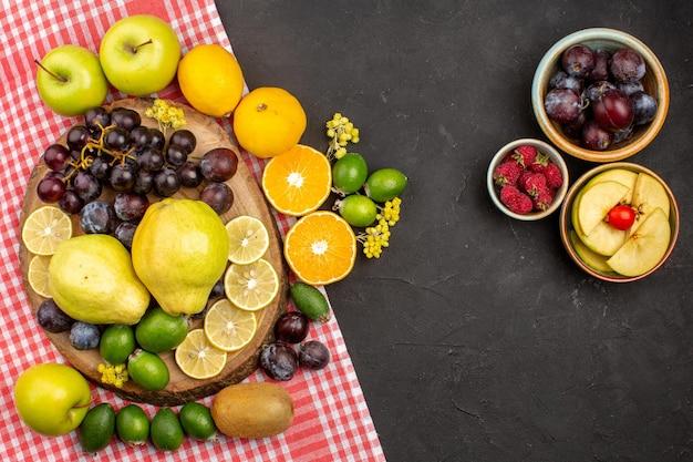 상위 뷰 다른 과일 구성 잘 익고 부드러운 과일 어두운 배경 나무 신선한 부드러운 과일