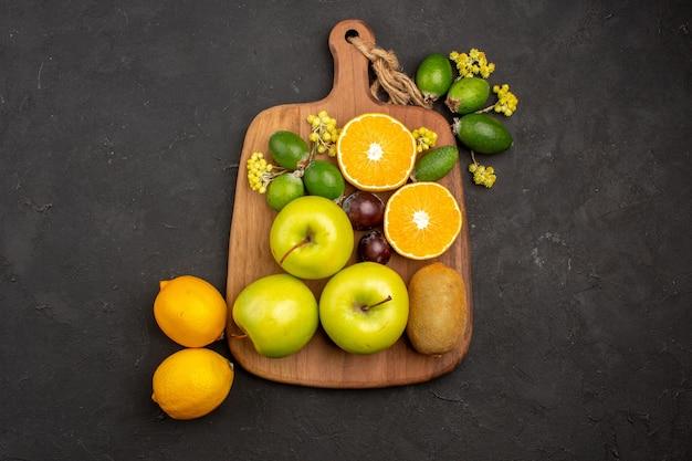 Вид сверху разные композиции фруктов спелые и спелые фрукты на темном фоне фруктовые спелые деревья свежие спелые