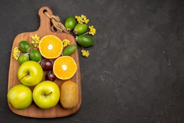 Vista dall'alto composizione di frutti diversi frutti maturi e morbidi sullo sfondo scuro frutta matura albero morbido