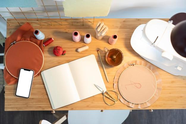 Вид сверху разные предметы на столе