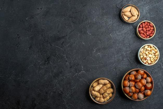 회색 배경 너트 스낵 호두 식품 공장에 상위 뷰 다른 견과류 헤이즐넛과 땅콩
