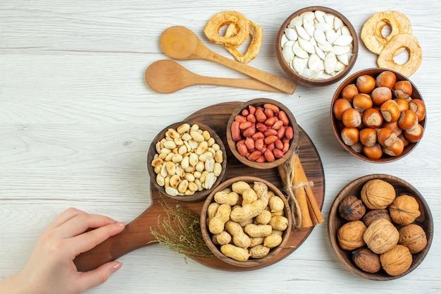 Вид сверху разные орехи арахис фундук и грецкие орехи