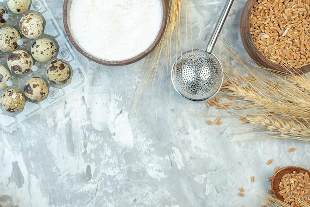 Вид сверху разные ингредиенты пирога молочная мука и яйца на светлом фоне цвет теста цвет пирога печь печь сладкий пирог