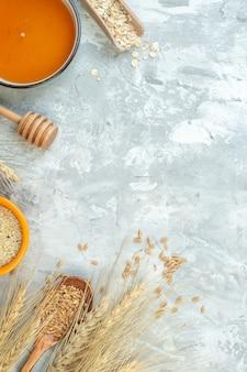 Вид сверху разные ингредиенты пирога молочное желе орехи мука и яйца на светлом фоне цвет теста пирог печь выпечка сладкий пирог сахарный