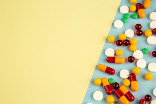 Вид сверху разные таблетки на цветном фоне