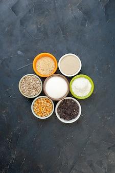어두운 배경색에 씨앗과 소금을 넣은 다양한 생 시리얼 음식 주방 요리 수프