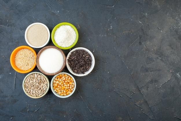 トップビュー暗い背景に種と塩を含むさまざまな生のシリアルレンズ豆色食品キッチン料理スープ空きスペース