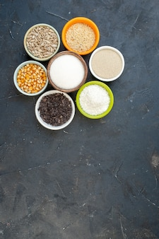 상위 뷰 어두운 배경 렌즈 콩 색상 음식 주방 요리 수프에 씨앗과 소금과 다른 원시 시리얼