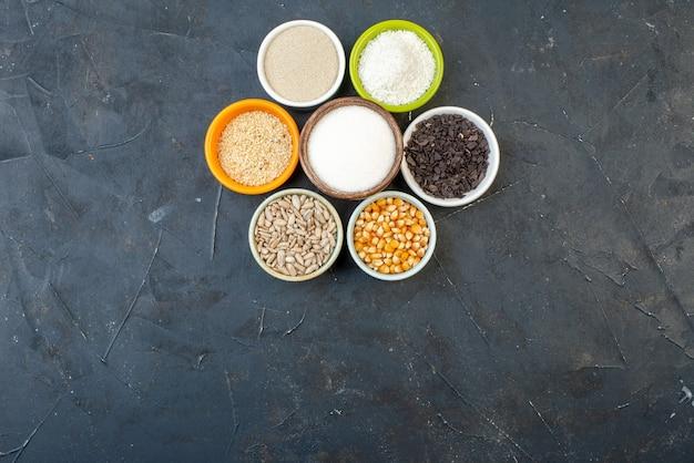 暗い背景に種と塩を含むさまざまな生のシリアルを上面図レンズ豆食品キッチン料理スープ