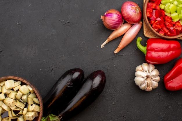 灰色の背景にさまざまな熟した野菜の上面図サラダ健康野菜熟した