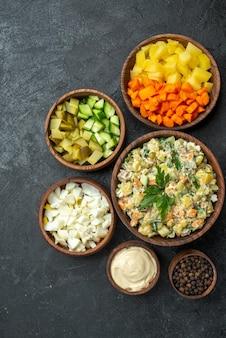 上面図さまざまなサラダ材料スライスした野菜とマヨネーズサラダダークサーフェスサラダ健康食事スナックランチフード