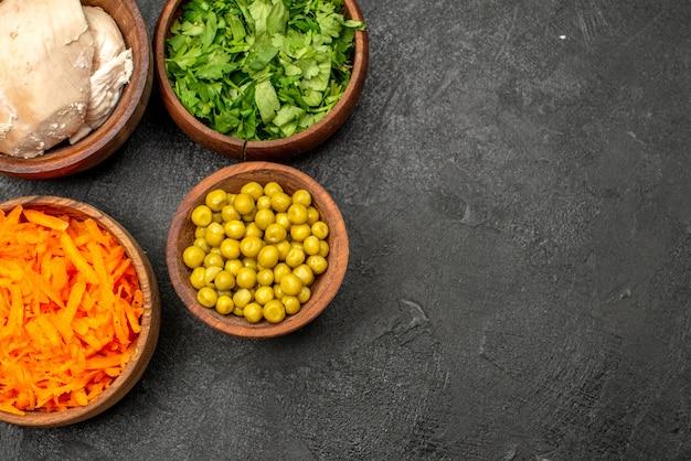 Vista dall'alto diversi ingredienti per insalata con pollo su dieta salutare per insalata da tavola grigia