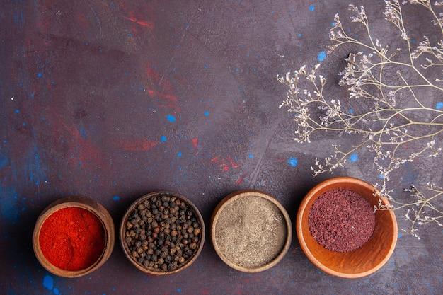 暗い空間の鉢の中のさまざまな調味料の上面図