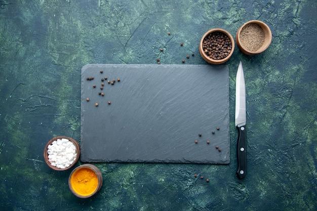 진한 파란색 표면 음식 향신료 소금 후추 사진 색상에 상위 뷰 다른 조미료