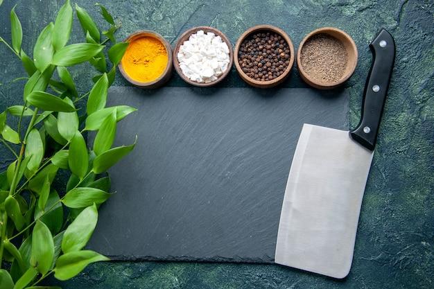 紺色の表面のさまざまな調味料の上面写真食品スパイス塩コショウ