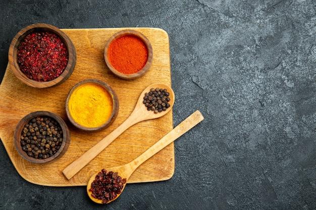 灰色の机の上のさまざまな調味料の上面図
