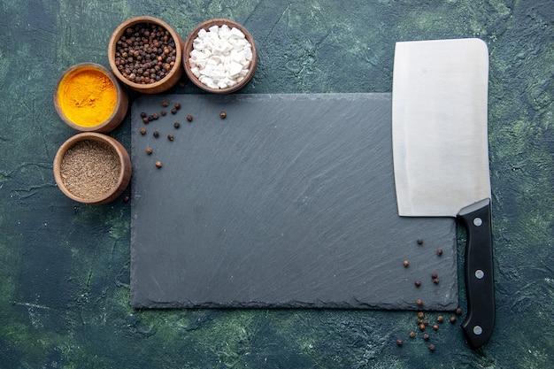 진한 파란색 표면 음식 향신료 후추 사진 색상 소금에 큰 칼로 상위 뷰 다른 조미료