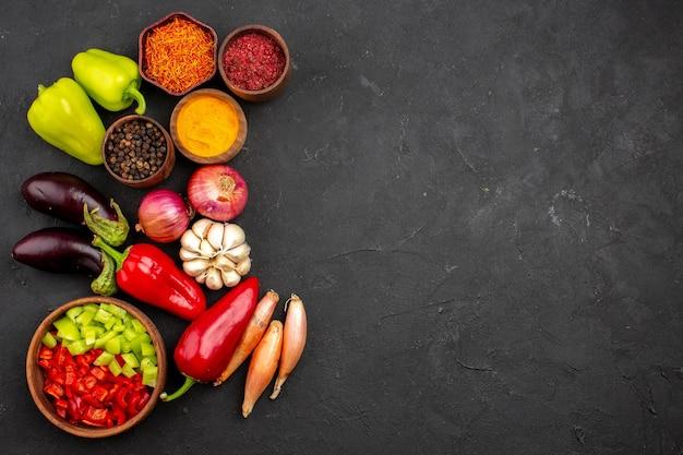 어두운 배경 잘 익은 식사 야채 샐러드에 신선한 야채와 함께 상위 뷰 다른 조미료