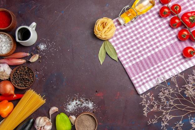 暗い背景に新鮮な野菜を使ったさまざまな調味料の上面図スープソースミールスパイシーペッパーフード