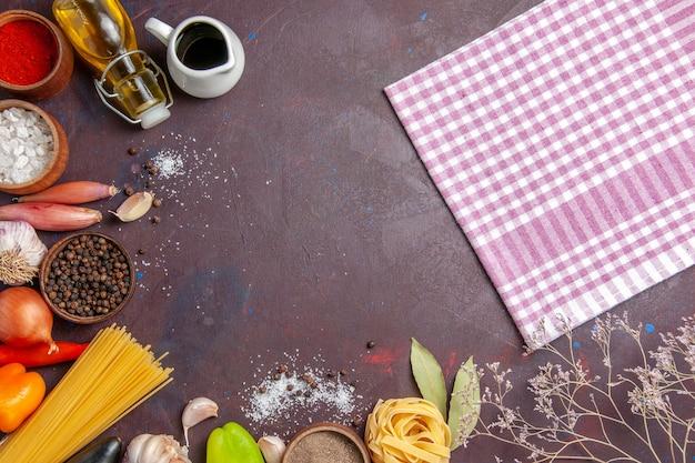 어두운 배경 매운 고추 음식 샐러드 건강에 신선한 야채와 상위 뷰 다른 조미료