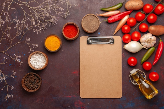 暗い空間で新鮮な野菜とさまざまな調味料の上面図